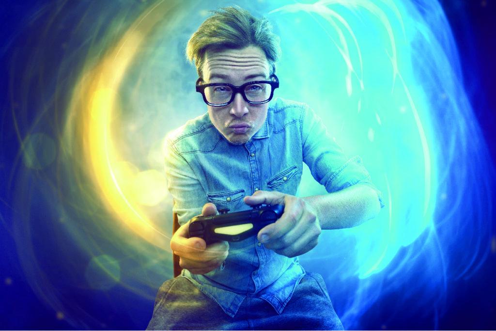 Una persona con un mando de videojuegos sobre un fondo que parece virtual