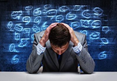 Persona abrumada por todo lo que se dice sobre su empresa en las redes sociales