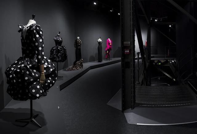 En la foto se ven varios vestidos de la colección de modus