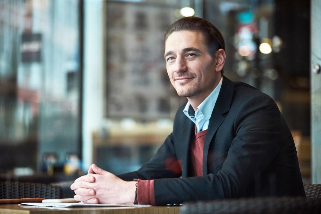 Foto de un hombre de negocios mirando a través de una ventana