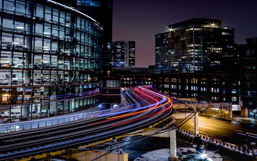 En la foto se ve un conjunto de edificios de una zona de oficinas