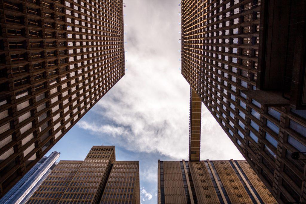 En la foto se ve un grupo de edificios cogidos desde abajo