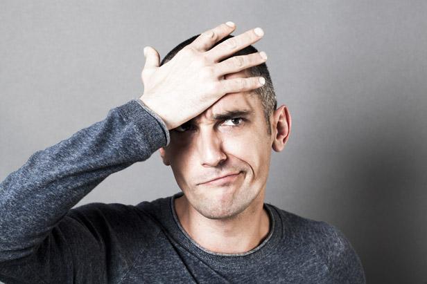En la foto se ve a un hombre dándose una palmada en la frente como si hubiese hecho algo mal