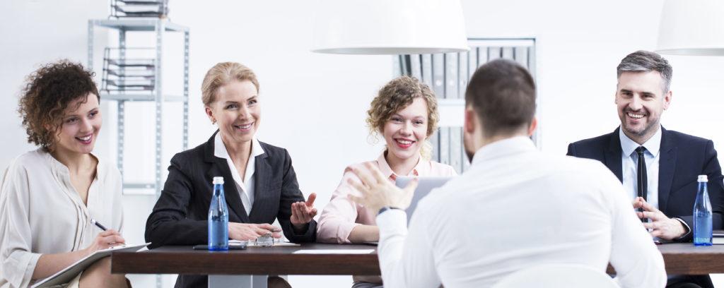 En la foto se ve a una serie de personas reunidas hablando de trabajo