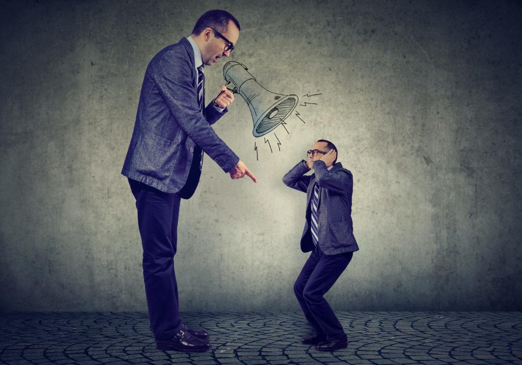 Un jefe furioso se critica a si mismo con un megáfono