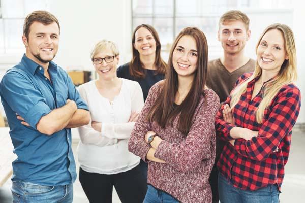 En la foto se ve a un equipo de empleados, que pueden llegar a ser su mejor recurso cuando se trata de embajadores de marca