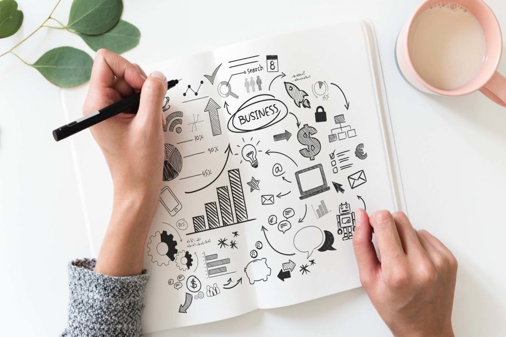 En la foto se ve a una chica que escribe en una libreta lo que necesita para fundar su startup