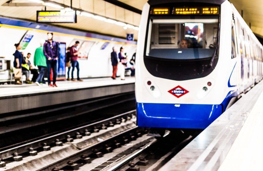En la foto se fe uno de los metros de Madrid entrando en la estación