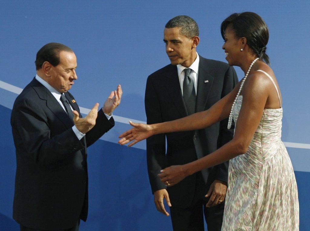 En la foto se ve a Berlusconi piropeando a Michel Obama y a Barack Obama poniéndole mala cara