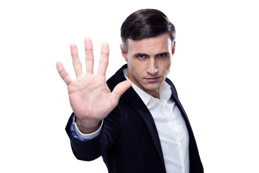 """En la foto aparece un hombre haciendo un gesto de """"stop"""" con la mano"""