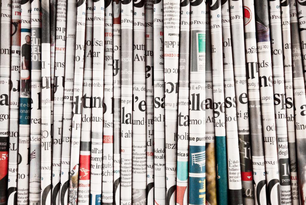 En la foto se ven una serie de periódicos plegados y colocados en vertical como si fuesen libros
