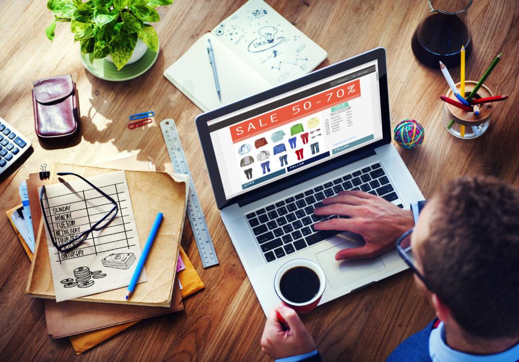 En la foto aparece una persona frente a un ordenador planificando su estrategia digital