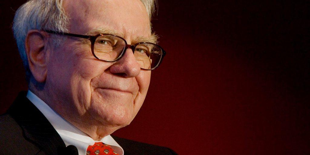 En la foto se ve a Warren Buffet de semiperfil