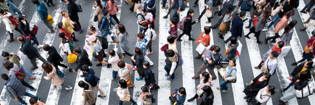 En la foto se ve a un grupo enorme de gente que cruza la carretera