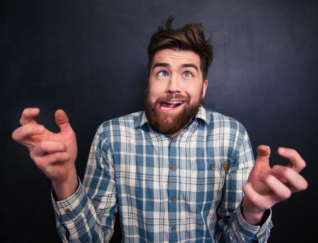 Se ve a una persona que hace una cara un poco rara, como si estuviese volviéndose loco