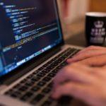 En la foto se ve el ordenador de una persona que está escribiendo un código html